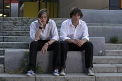"""Kino-Tipp: Summertime Blues Der Frust ist groß! Nach der Schulschlägerei wartet Alex (François Goeske) mit seinem besten Freund Danny (Jonathan Beck, links) auf das """"Urteil""""."""