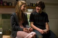 Kino-Tipp: Summertime Blues Retter in der Not: Alex (François Goeske) verarztet Faye (Sarah Beck).