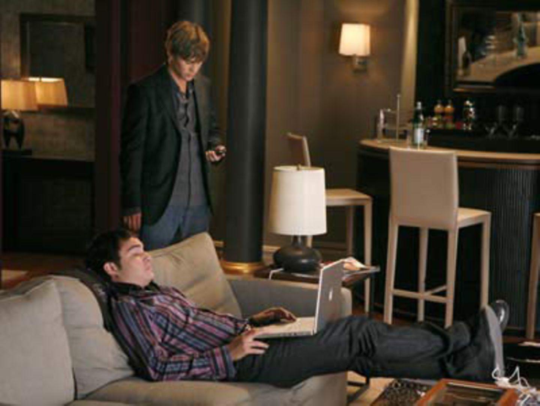 Serie: Gossip Girl     Nate (Chace Crawford) und Chuck (Ed Westwick) bringen sich auf den neuesten Stand.