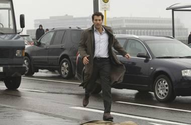 Nach einem Informantengespräch bricht seine Kollege plötzlich Tod auf der Straße zusammen. Interpol-Agent Louis Salinger eilt zu ihm.