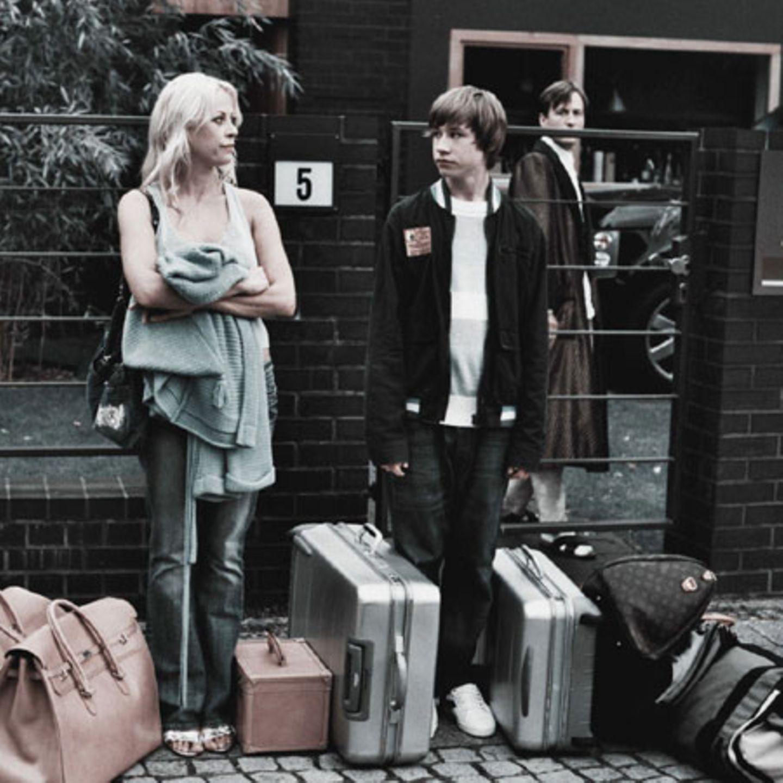 Rausgeschmissen mit ihren Koffern: Polischka und seine Mutter vor der Villa in Zehlendorf