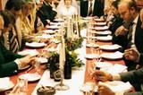 Frauen zum Heiraten findet man, indem man einen amerikanischen Straßenkreuzer fährt. Und der lange Tisch bei der anschließenden Hochzeit dient hauptsächlich dazu, Flaschen und Gläser mit Hochprozentigem darauf abzustellen
