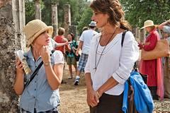 Georgia (Nia Vardalos) versucht die schmollende Caitlin (Sophie Stuckey) ein wenig aufzuheitern.