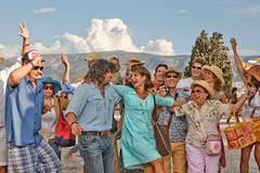 Am Ende wächst die Reisegruppe um Georgia (Nia Vardalos) und Procopi (Alexis Georgoulis) zusammen.