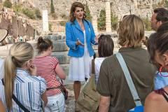 Georgia (Nia Vardolos) versucht ihre gelangweilte Reisegruppe für das antike Griechenland zu begeistern.