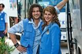 Busfahrer Procopi (Alexis Georgoulis) und Georgia (Nia Vardolos) beobachten ihre Reisegruppe.