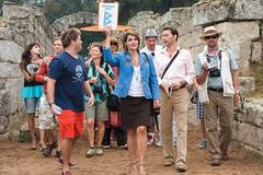 Georgia (Nia Vardolos) führt ihre Reisegruppe durch die Ruinen.