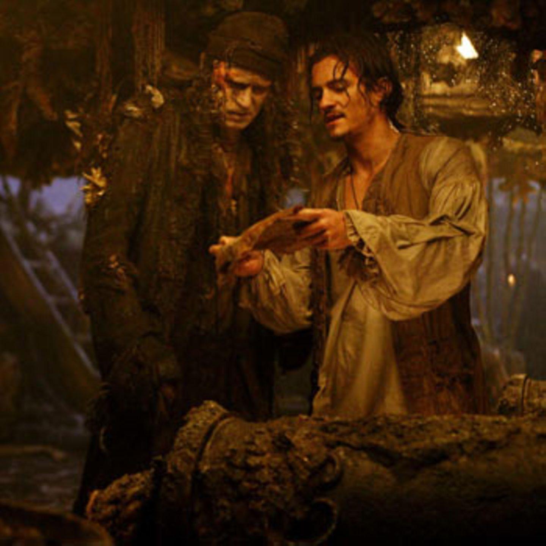 Vater und Sohn Turner vertieft in die Schatzsuche