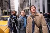 """""""The Day after Tomorrow"""": Jacks 17-jähriger Sohn Sam (Jake Gyllenhaal, re.) sitzt zusammen mit einigen Freunden (li. Arjay Smith, Mi. Emmy Rossum) wegen eines Schulwettbewerbs in New York fest. Nun muss er mit rapide fallenden Temperaturen und heftigen Überflutungen zurechtkommen."""