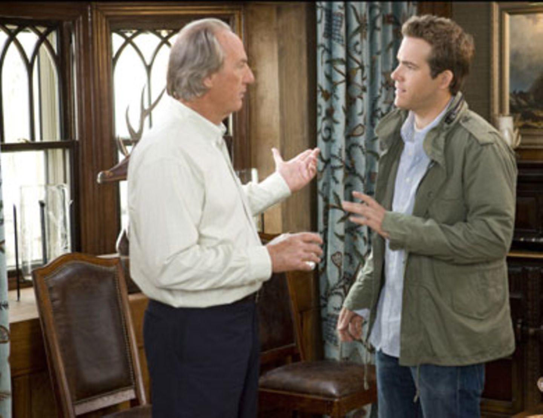 Andrew (Ryan Reynolds) hat ständig Streit mit seinem Vater Joe (Craig T. Nelson). Der möchte, dass sein Sohn nach Alaska zurückkehrt, um das kleine Familienimperium zu übernehmen.