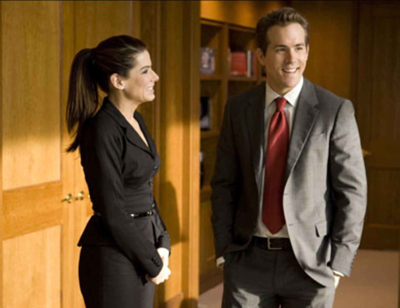 Vor allen Verlagsbossen erfährt Andrew (Ryan Reynolds), dass er seine Chefin Margaret (Sandra Bullock) heiraten soll.