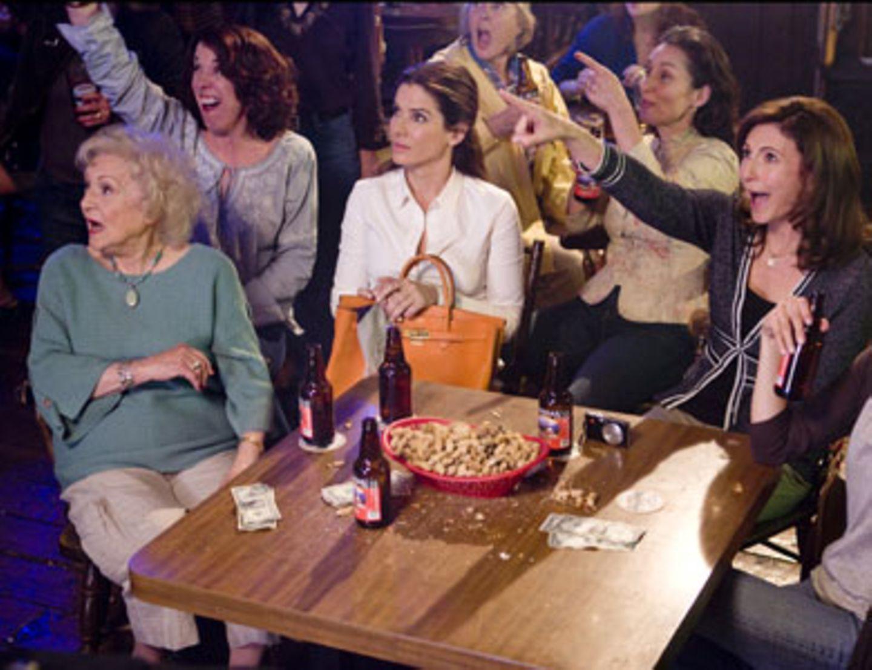 Andrews Familie entführt Margaret (Sandra Bullock) auf ihrem Junggesellinnenabschied in den Strip-Club.