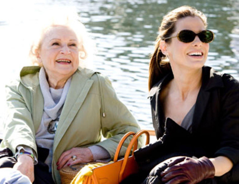 Andrews schrullige Großmutter Annie (Betty White) nimmt Margarets (Sandra Bullock) kleine Eigenarten gelassen.