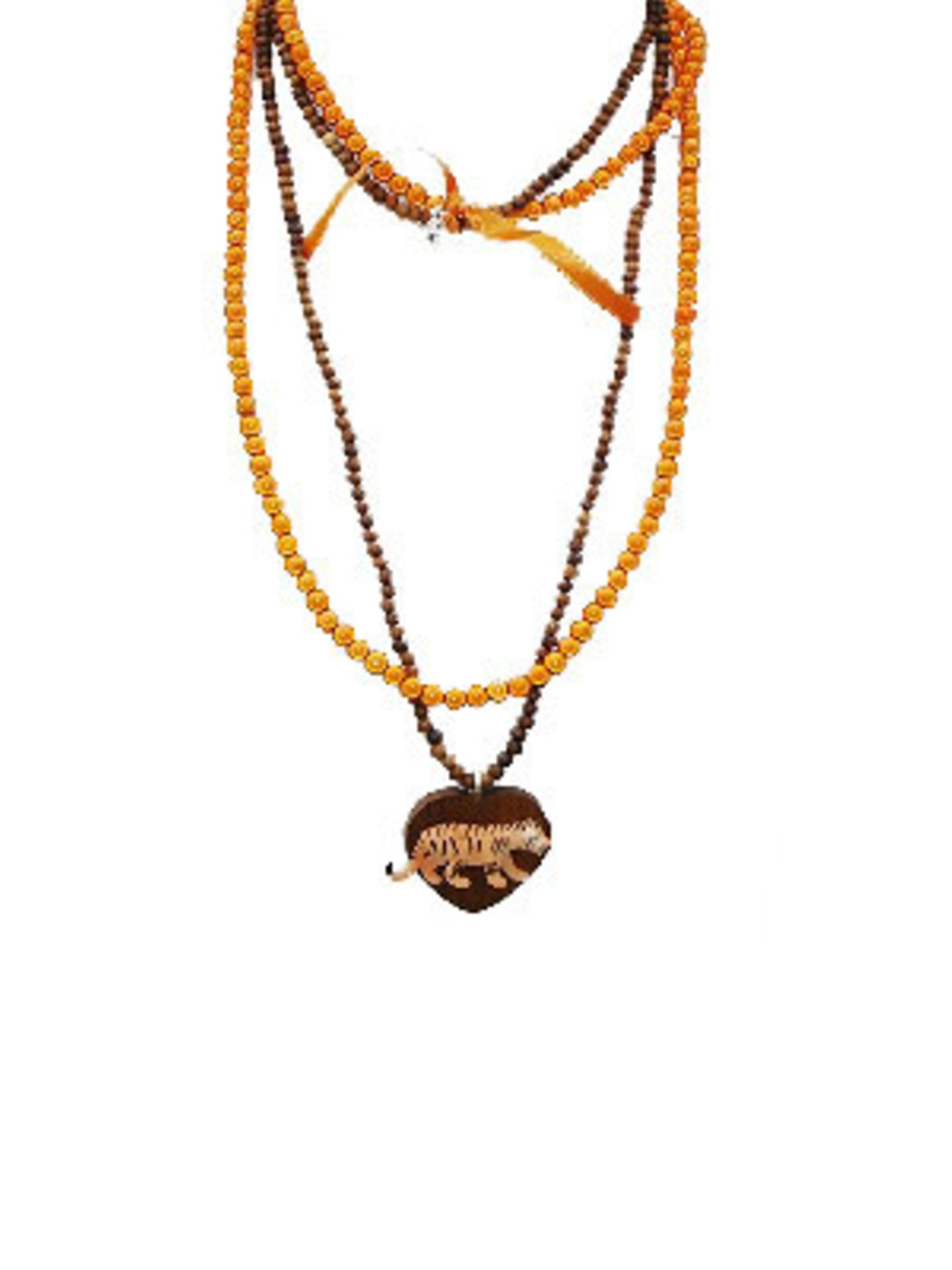 Orangefarbene und braune Perlenketten mit Tiger-Anhänger von Escapulario, um 40 Euro. Über www.escapulario.com.