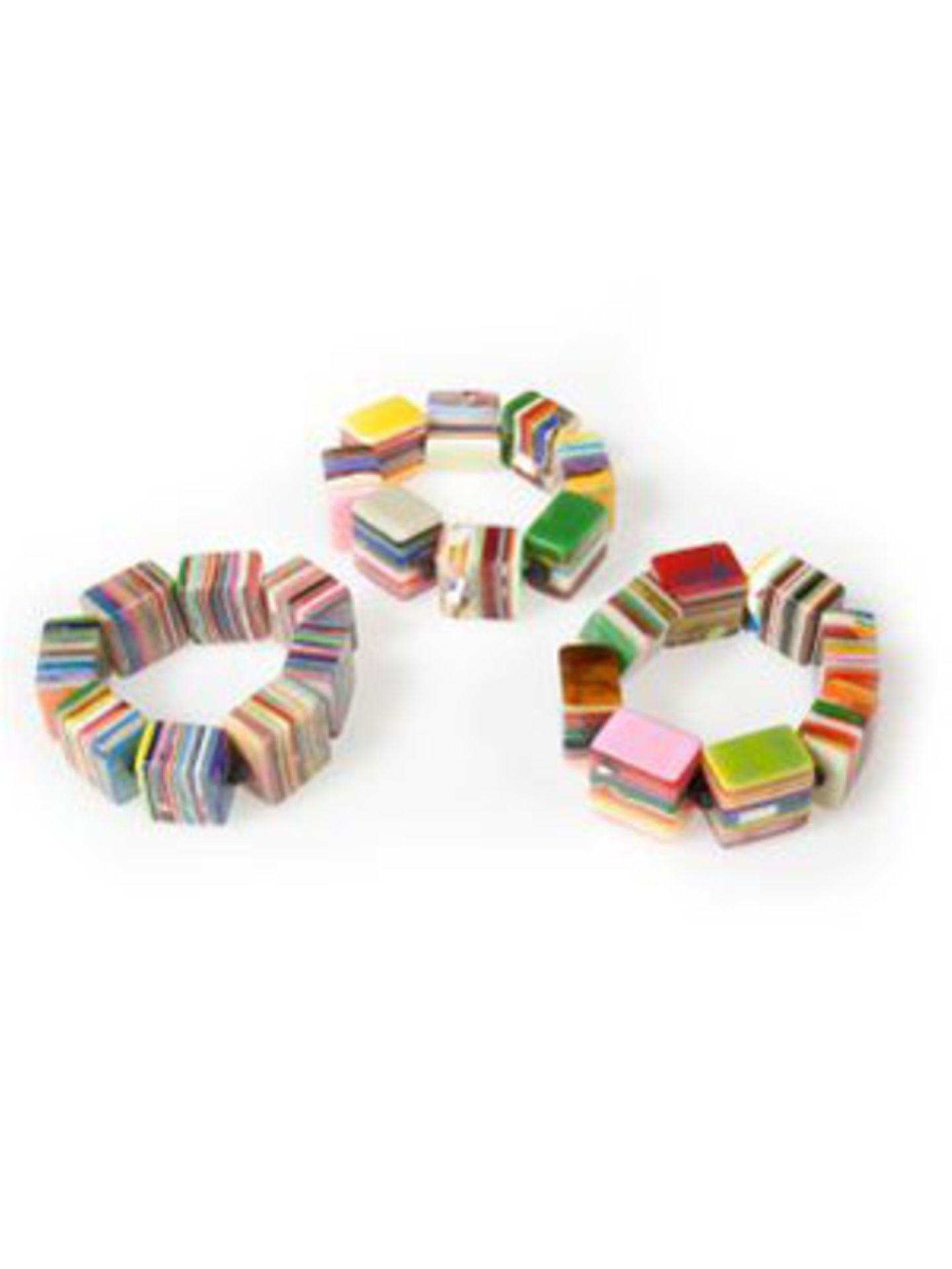 Bunte Armbänder im Bonbon-Look von www.feinerschnickschnack.de, je um 40 Euro.