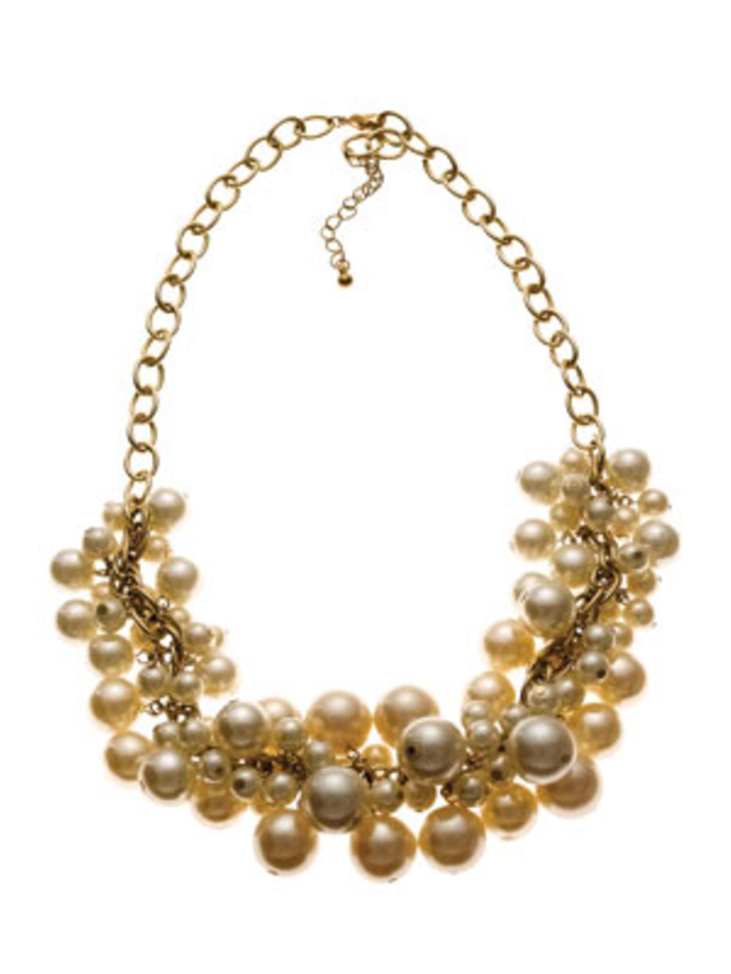 Goldfarbenes Collier mit vielen Perlen in unterschiedlichen Größen von Accessorize, um 25 Euro.
