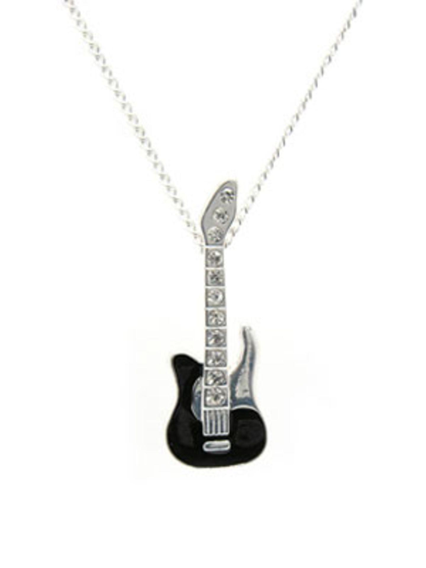 Für echte Rockerbabes: Kette mit Glitzergitarre von www.asos.com, um 7 Euro.