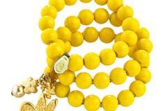 Gelbes Perlenarmband mit kleinen Charms in Gold von Chixxs, um 40 Euro. Über www.conleys.de.
