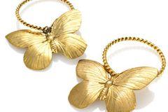 Goldene Creolen mit Schmetterlingen von Ela Stone, um 100 Euro. Über www.impressionen.de.