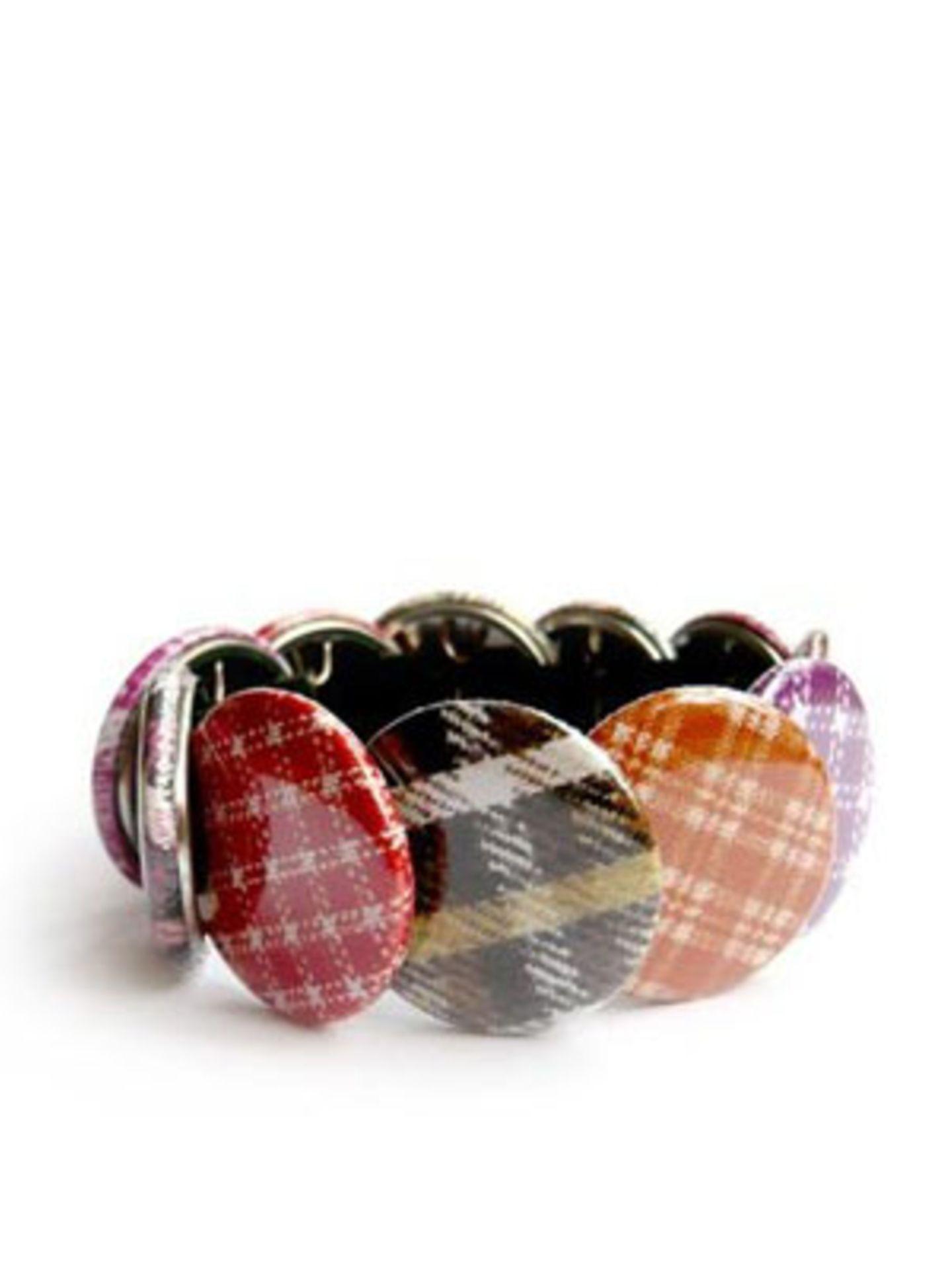 Armband aus verschiedenen Karo-Buttons von www.design-3000.de, um 20 Euro.
