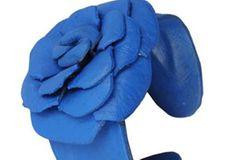 Armreif in Blau mit großer Blume aus Leder von www.pretaportobello.com, um 10 Euro.