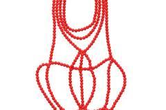 Raffiniertes Perlen-Collier in Rot von H&M, um 20 Euro.