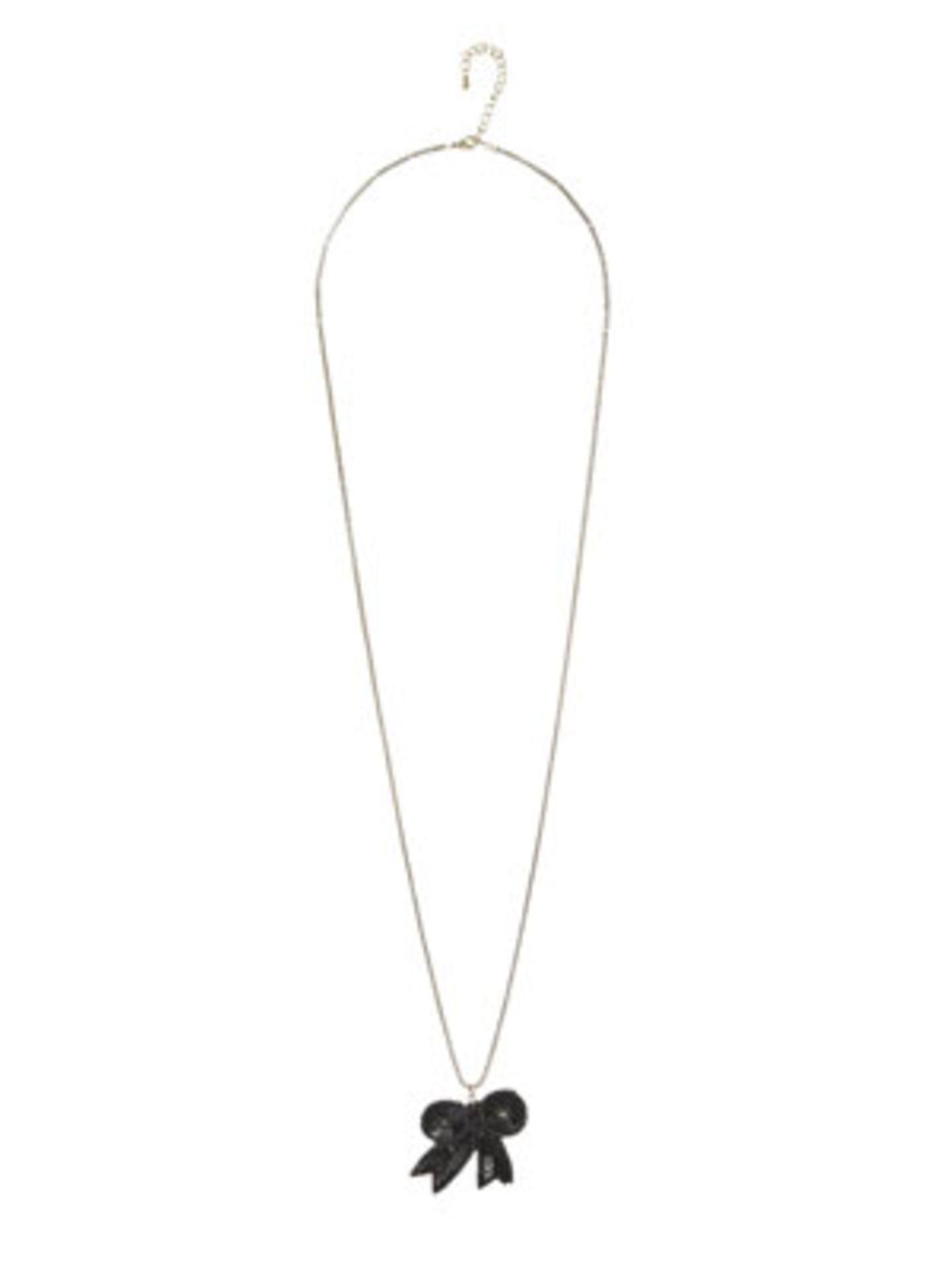 Schlichte lange Silberkette mit kleinem schwarzen Schleifchen von Promod, um 12 Euro. Über www.promod.de.