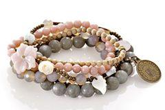 Perlenarmband mit kleinen Charms und Blüte von Exoal, um 60 Euro. Über www.impressionen.de.