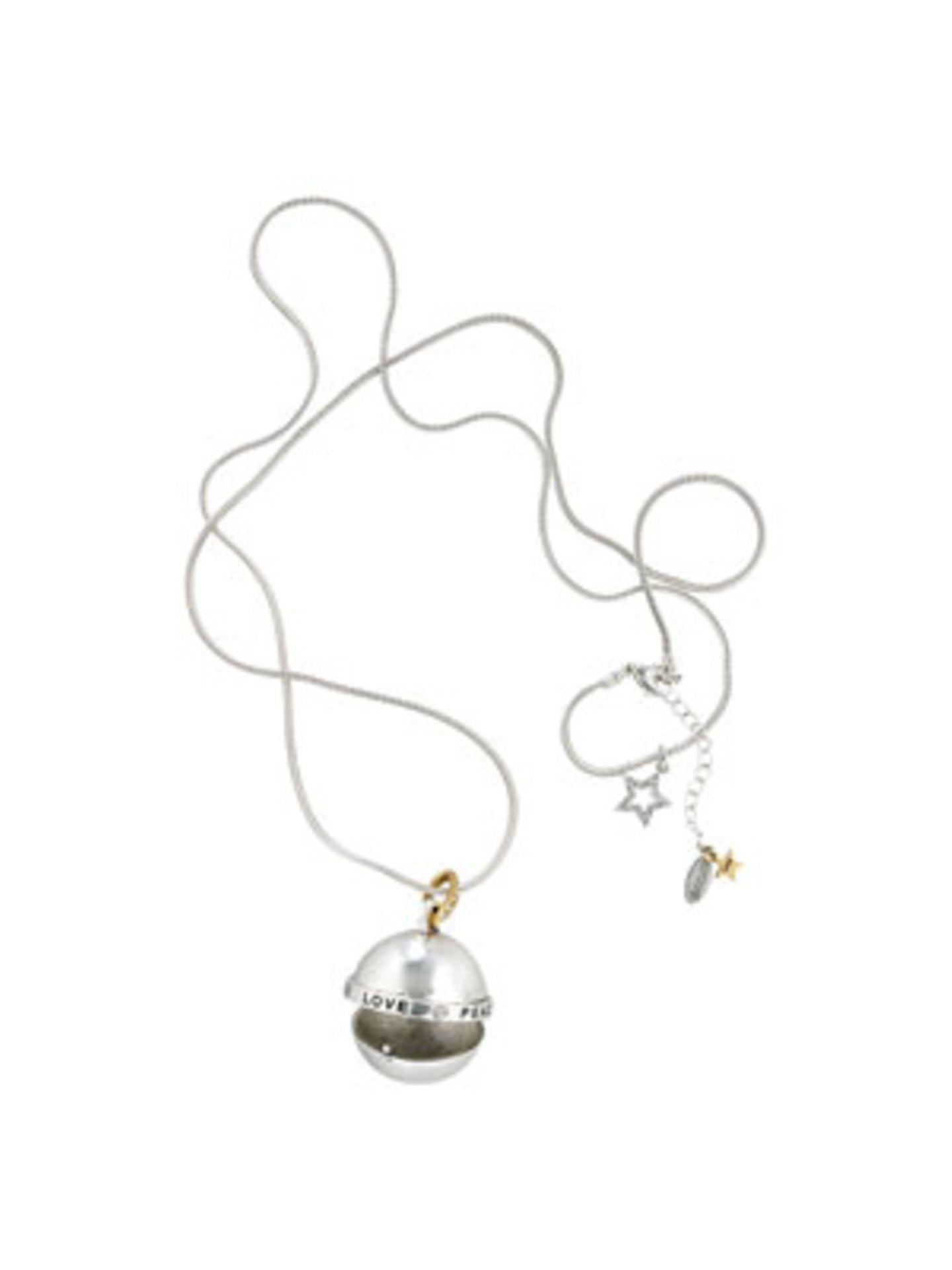 Silberkette mit Anhänger, der Platz für kleine Geheimnisse bietet... Von Hultquist, um 70 Euro. Über www.conleys.de.
