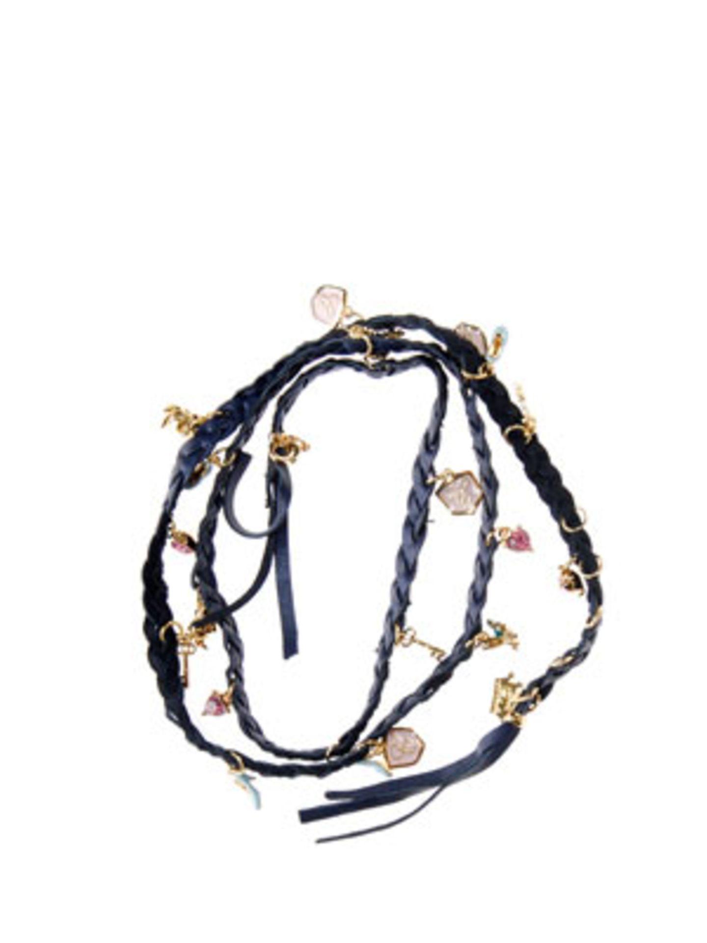 Geflochtenes Wickel-Armband in Schwarz mit vielen kleinen Charms von Disney Couture, um 130 Euro. Über www.jades24.com.