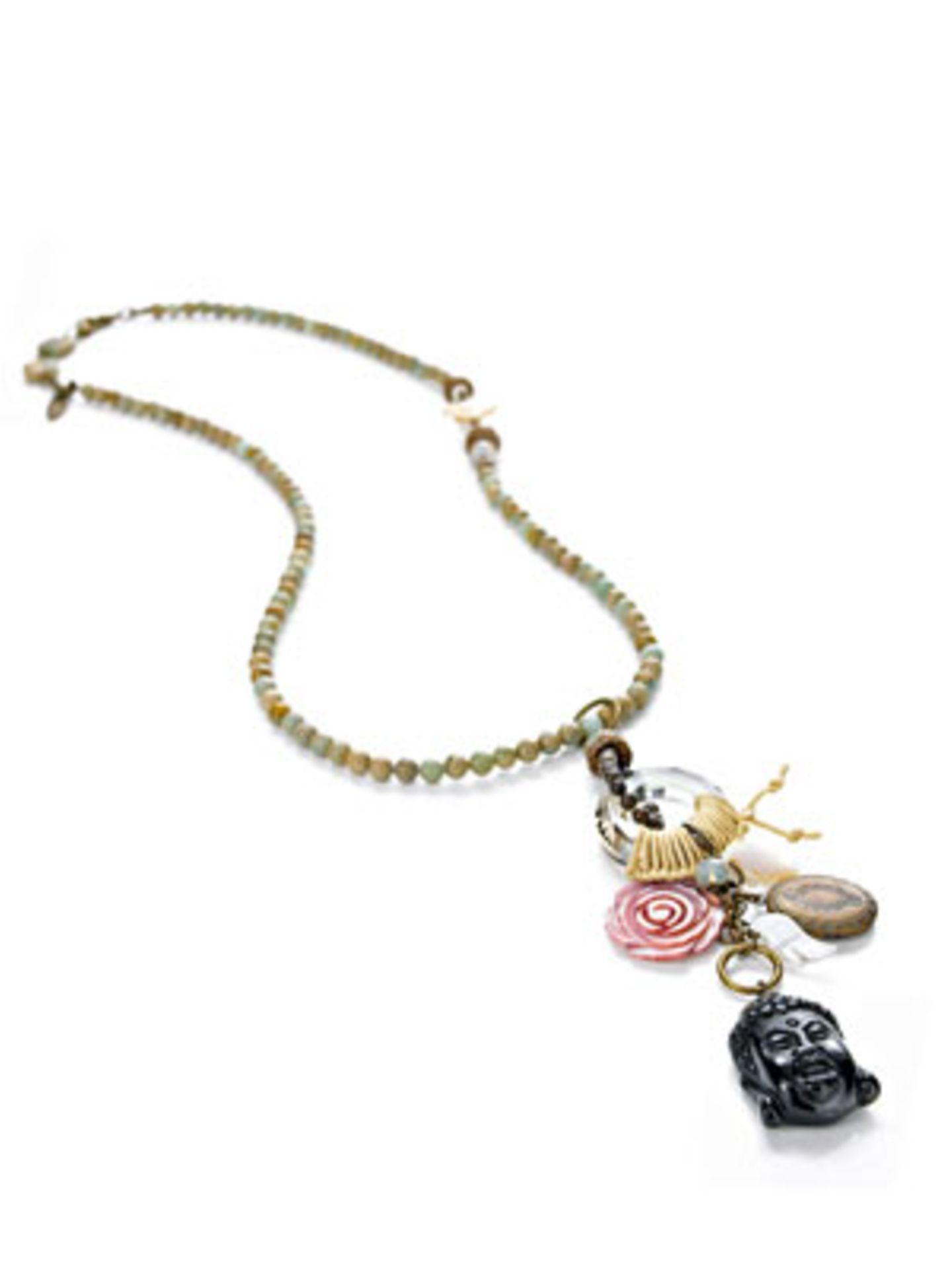 Emaille-farbene Perlenkette mit Buddha-Anhänger von Exoal, um 80 Euro. Über www.impressionen.de.