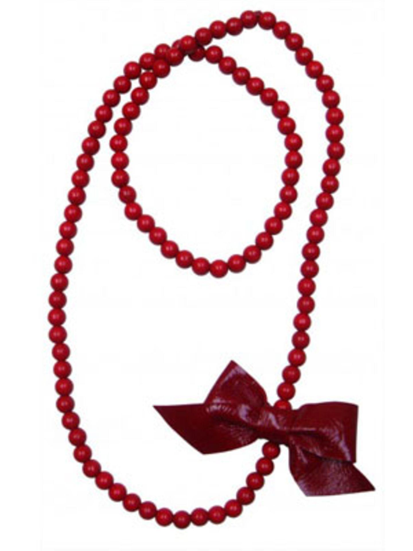 Lange rote Perlenkette mit Schleife aus Leder von Daily Obsessions, um 60 Euro. Über www.dailyobsessions.com.