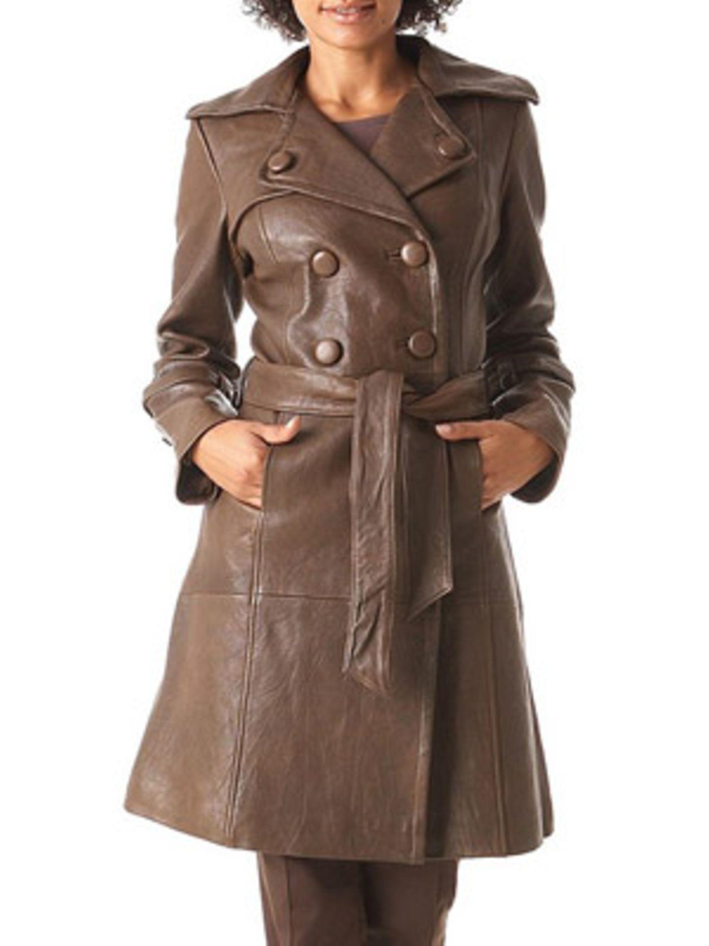 Zweireihiger Trenchcoat aus braunem Leder von Promod, um 190 Euro. Über  www.promod.de.
