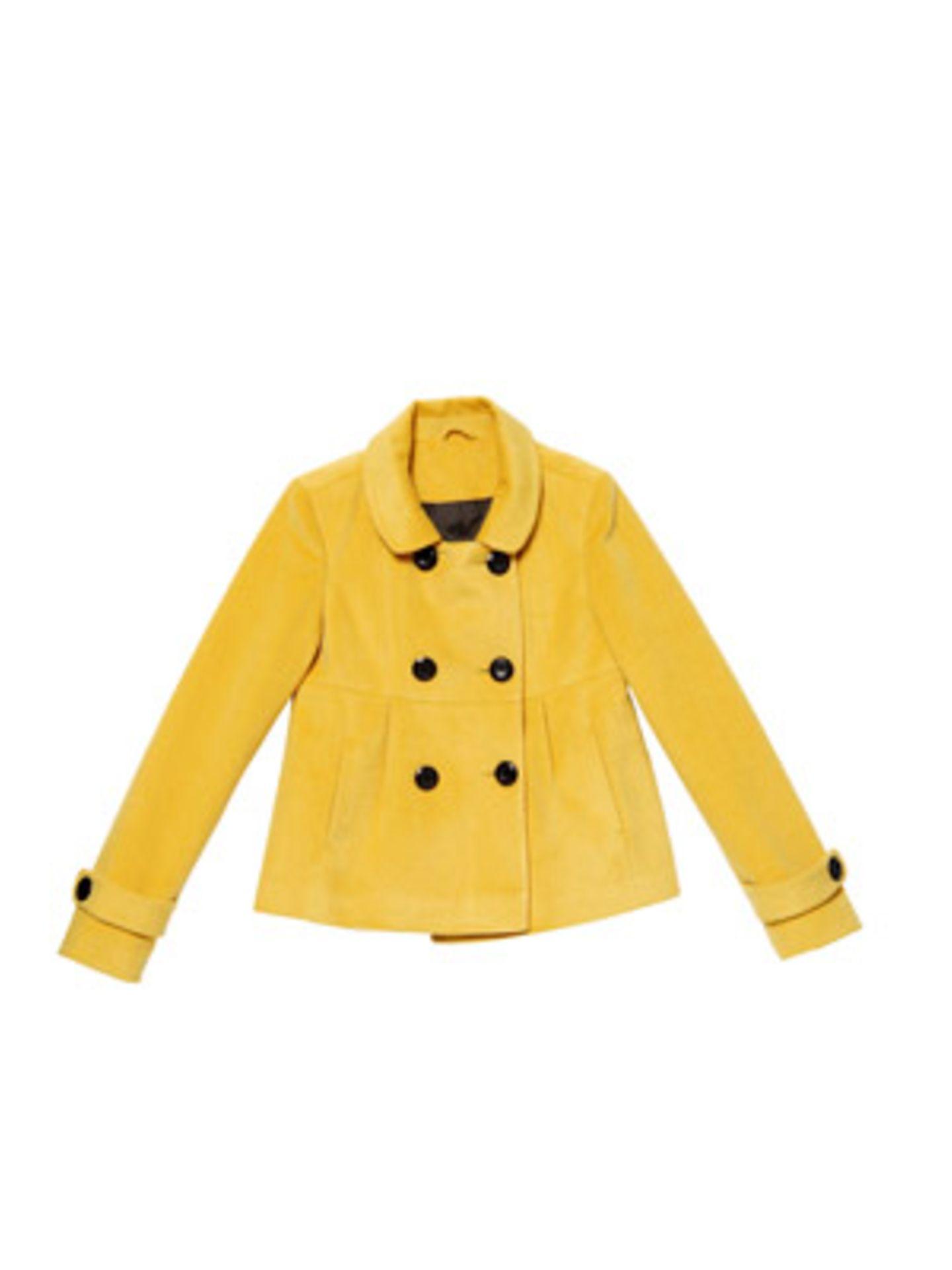 Gelbe, leicht ausgestellte Jacke mit großen Knöpfen und rundem Kragen von Orsay, ca. 45 Euro.