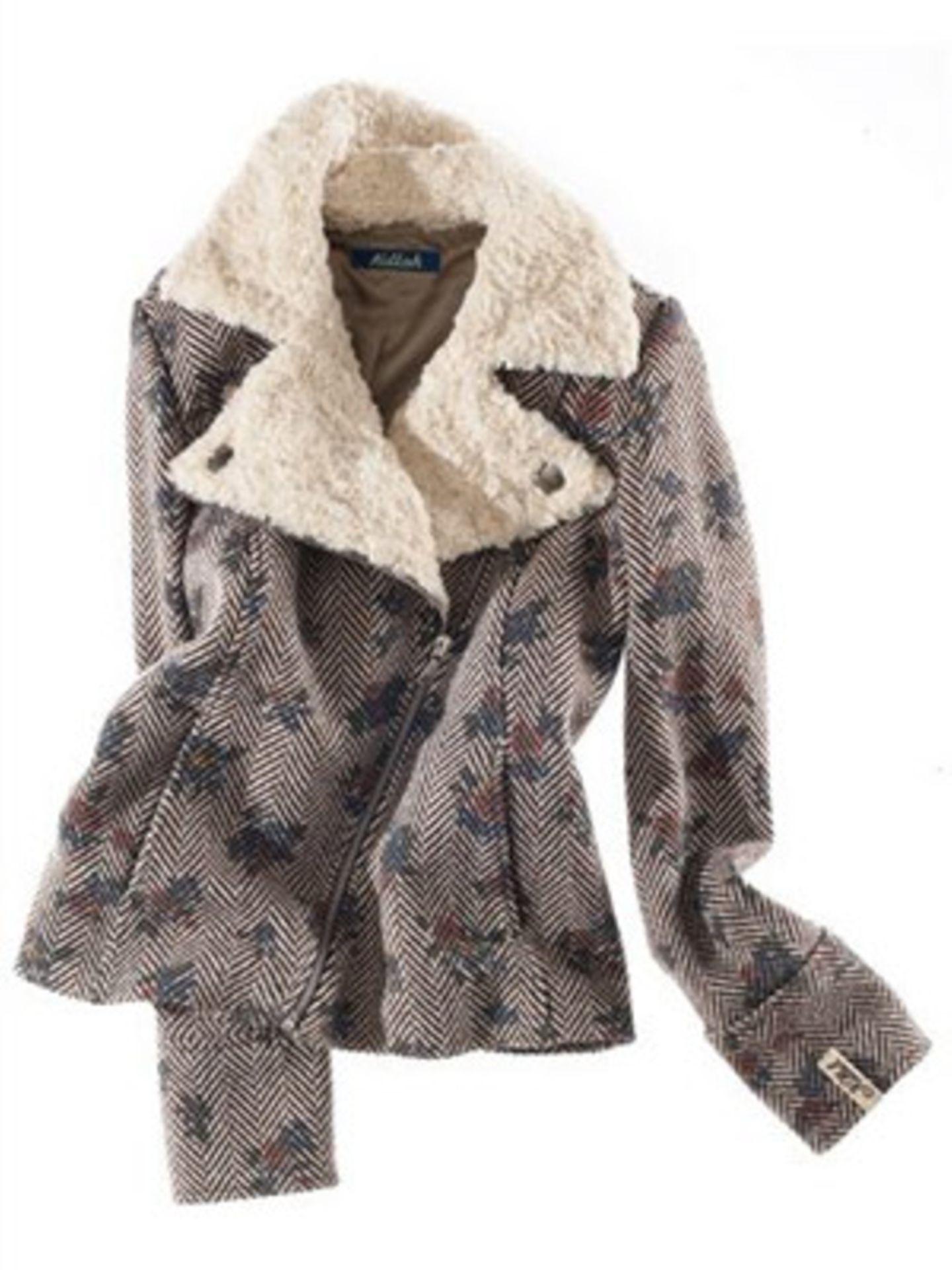 Asymmetrisch geschnittene Jacke mit Musterung und breitem Fellkragen von Killah, um 200 Euro. Über www.brandneu.de.