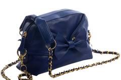 Leuchtend blaues Täschchen mit Schleife von MODALU über 7trends, um 110 Euro.