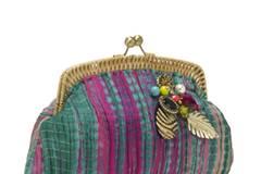 Bunte Purseclutch im Batik-Look mit diversen Aufnähern von Accessorize, um 46 Euro.