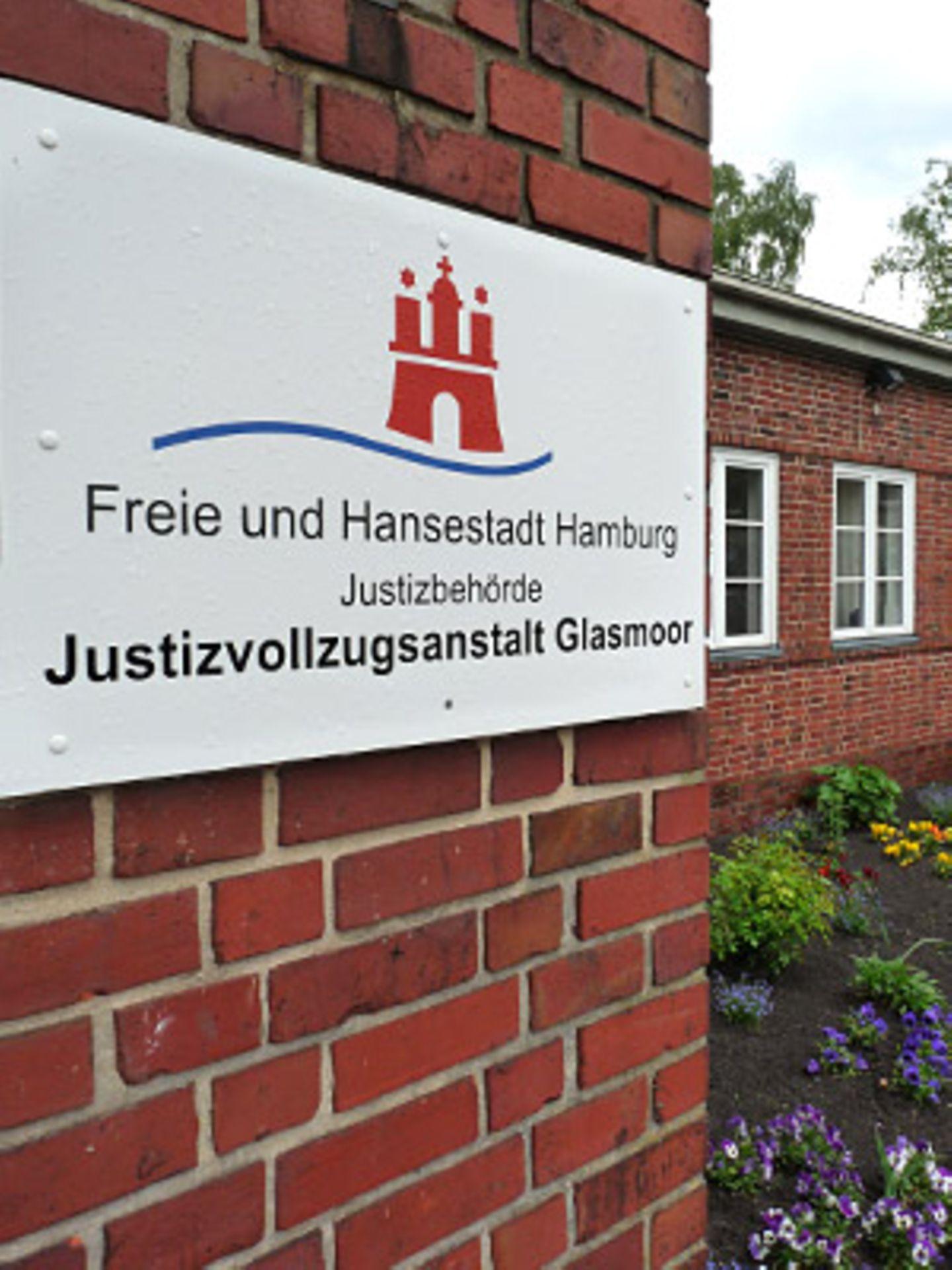 Die offene Justizvollzugsanstalt Glasmoor am Rande Hamburgs: Gitterstäbe und Stacheldraht? Fehlanzeige. Stattdessen: liebevoll gepflegte Gärten.