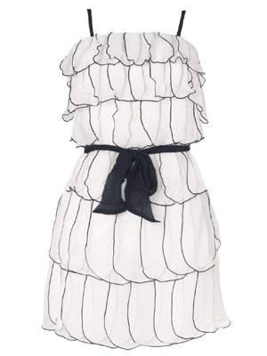 Verspieltes Volantkleid mit dunkelblauen Ziernähten von Lipsy, um 100 Euro.