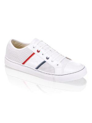 Weißer Sneaker mit blauer und roter Ziernaht von Lacoste, um 110 Euro. Über www.shoemanic.com.
