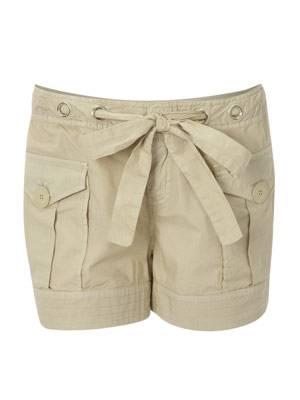 Sandfarbene Shorts mit viele verspielten Details von Firetrap, um 70 Euro.