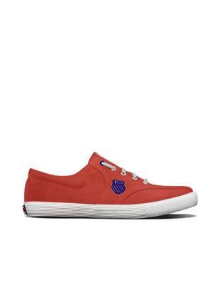 Sportlicher Sneaker in Rot aus Canvas mit weißer Sohle und blauem Logo von K Swiss, um 50 Euro.