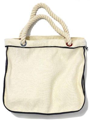 Große Strandtasche aus Canvas mit Henkeln aus Schiffsseil von flip flop, um 30 Euro.