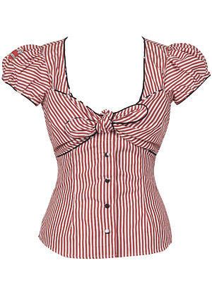 Weibliche, taillierte Bluse mit roten Streifen und Schleife von Lena Hoschek, um 190 Euro.