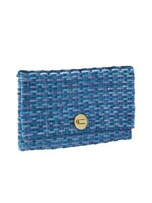 Geflochtene Clutch in diversen Blau-Tönen von H&M, um 15 Euro.
