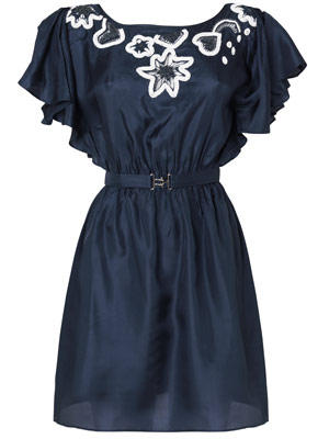 Dunkelblaues Kleid mit Gürtel in der Taille, Fledermausarm und Stickerei von Lipsy, um 90 Euro.
