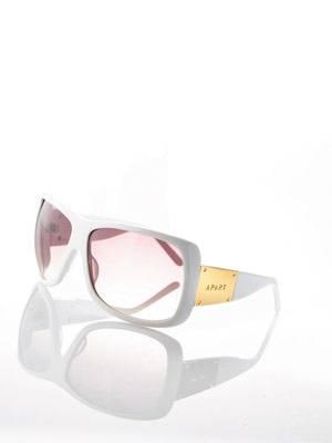 Große Sonnenbrille in Weiß mit Details in Gold von Apart, um 80 Euro. Über www.apart-accessoires.de.