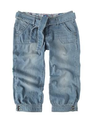 Knielange Jeans in heller Waschung mit Gürtel von Esprit, um 70 Euro.