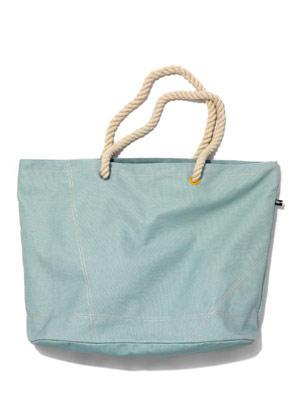 Strandtasch mit Henkeln aus Seil von flip flop, um 40 Euro. Über www.flip-flop.de.
