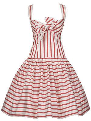 Raffiniertes Streifen-Kleid in A-Linie mit Unterrock und Schleife von Lena Hoschek, um 400 Euro.